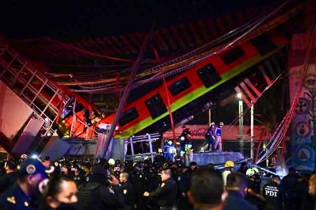 Anggota bomba dan penyelamat menjalankan misi untuk menyelamatkan mangsa yang terperangkap selepas landasan kereta api runtuh di selatan Kota Mexico kelmarin. — Gambar AFP