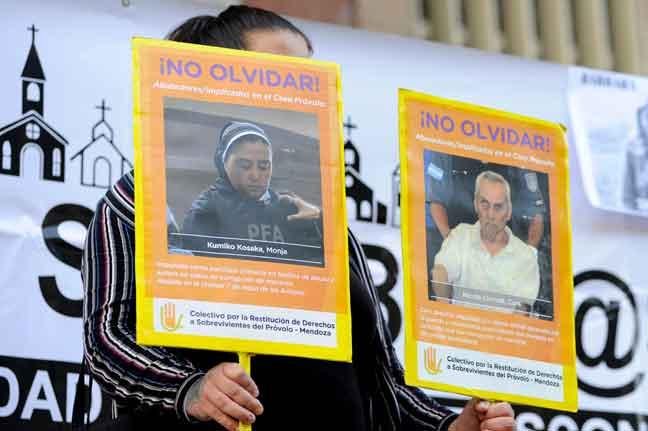 Gambar fail 25 November, 2019 menunjukkan seorang wanita memegang gambar rahib yang dituduh mencabul kanak-kanak semasa tunjuk perasaan di luar mahkamah                  di Mendoza, Argentina. — Gambar AFP