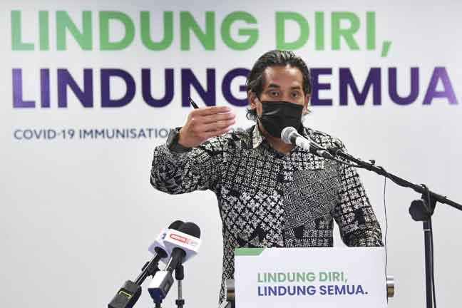 Khairy bercakap pada sidang media pelaksanaan sistem HIDE di ibu pejabat Badan Bertindak Imunisasi COVID-19 di Putrajaya, semalam. — Gambar Bernama