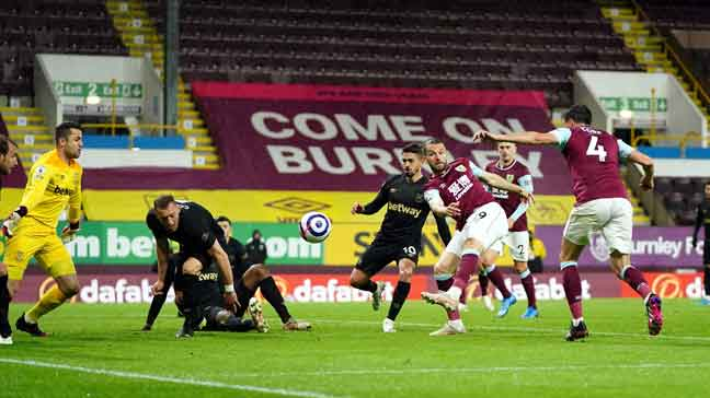Aksi perlawanan Liga Perdana Inggeris di antara Burnley dan West Ham di Turf Moor, Burnley. Perlawanan berkesudahan 2-1 dengan kemenangan milik West Ham. — Gambar AFP