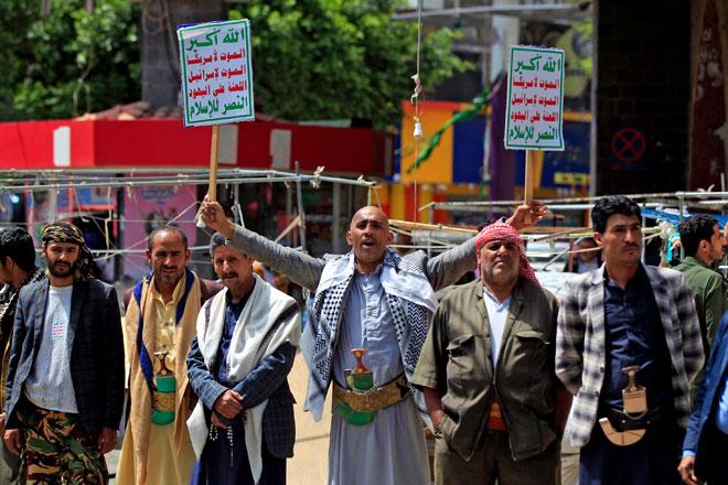 Penyokong gerakan pemberontak Huthi warga Yaman membantah kepungan yang dikenakan kerajaan campuran Arab Saudi ke atas negara mereka, di bandar Sanaa, kelmarin. — Gambar AFP
