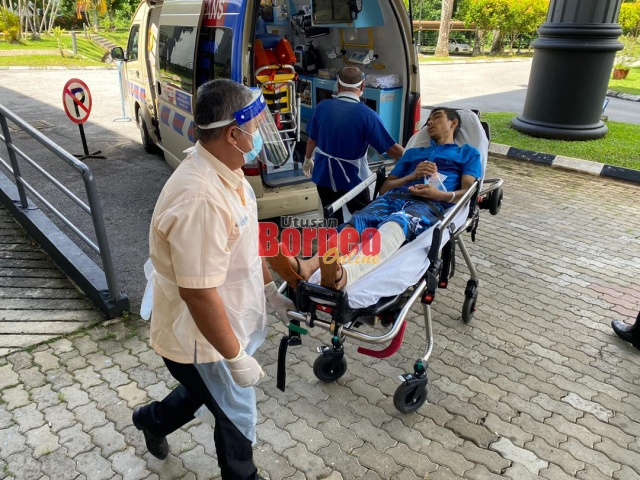 Tertuduh dibawa ke hospital menggunakan ambulans, hari ini.