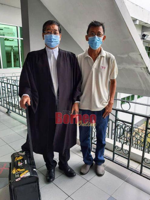 Chua (kanan) bersama peguamnya Jacob selesai prosiding di Mahkamah Tinggi Sibu semalam.
