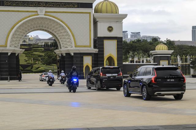 Kenderaan rasmi membawa masuk Perdana Menteri di Istana Negara bagi menghadap Yang di-Pertuan Agonghari ini. - Gambar Bernama