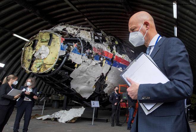 Gambar dirakam pada 26 Mei lalu menunjukkan hakim dan peguam berdiri di sebelah serpihan pesawat MH17 yang dibina semula semasa memeriksa petunjuk mengenai nahas                 pesawat tersebut. — Gambar AFP