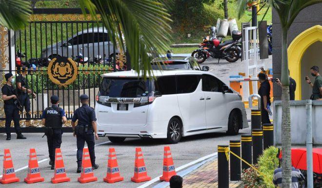 Kenderaan yang dipercayai membawa Menteri Pengangkutan Datuk Seri Dr Wee Ka Siong tiba di Istana Negara bagi menghadap Yang di-Pertuan Agong Al-Sultan Abdullah Ri'ayatuddin Al-Mustafa Billah Shah hari ini. - Gambar Bernama