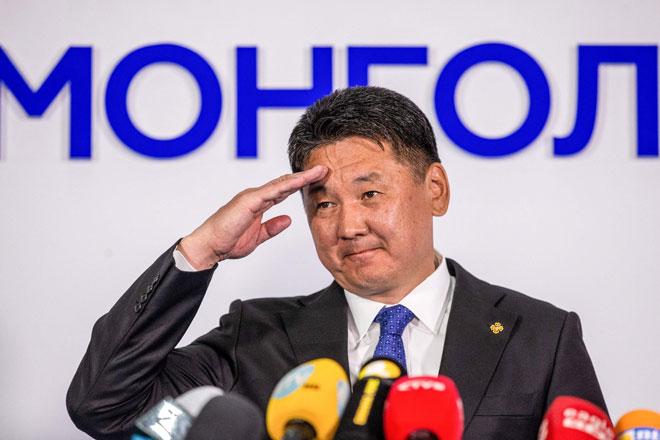 Gambar menunjukkan Khurelsukh Ukhnaa menyampaikan ucapan selepas memenangi pilihan raya presiden di Ulaanbaatar, Mongolia kelmarin. — Gambar AFP