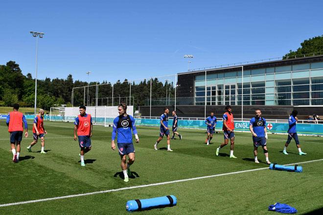 Skuad kebangsaan England menjalani latihan di Stadium St. George's Park menjelang Kejohanan Euro 2020 di Burton-upon-Trent. — Gambar AFP