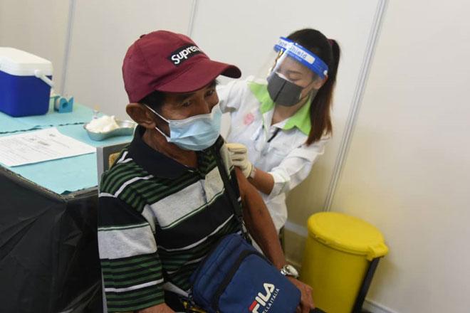 Proses vaksinasi yang sedang dijalankan di salah sebuah bilik.  — Gambar Penerangan