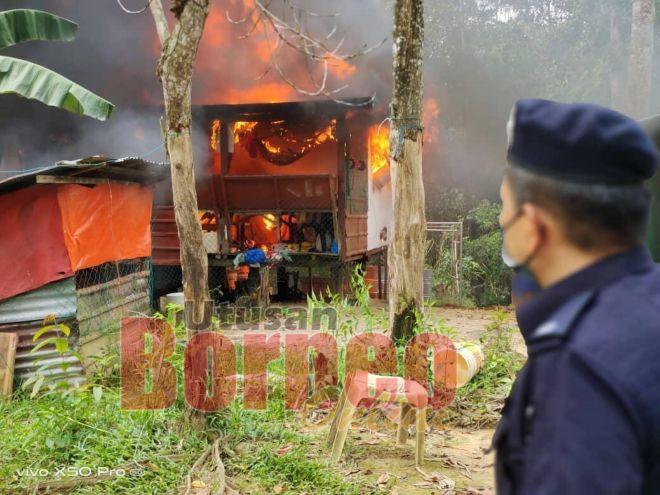 Yusoff Zaki memantau salah sebuah rumah yang dimusnahkan dalam operasi ini.