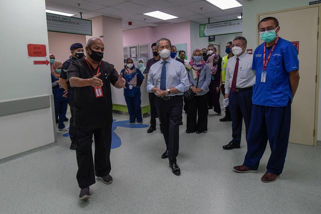 Muhyiddin mendengar penerangan daripada Pengarah Hospital Pakar Kanak-Kanak Universiti Kebangsaan Malaysia Prof. Dr. Syed Zulkifli Syed Zakaria (depan kiri) semasa meninjau kemudahan yang disediakan bagi pesakit COVID-19 ketika melawat hospital berkenaan hari ini. -Gambar Bernama.