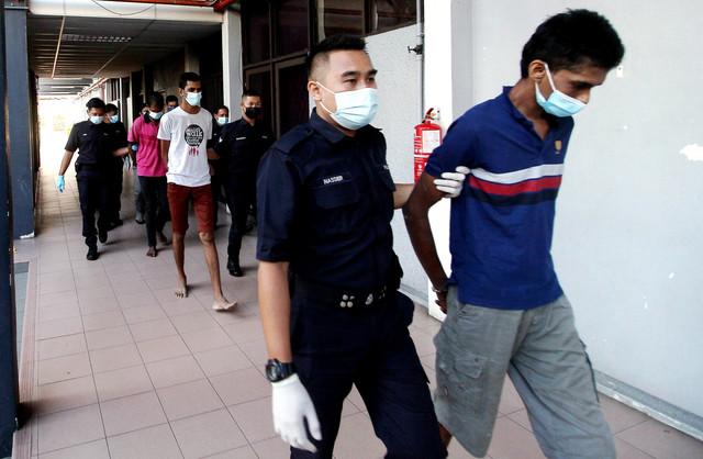 Lima lelaki dihadapkan ke Mahkamah Majistret, Ipoh hari ini atas pertuduhan membunuh seorang lelaki yang mayatnya ditemui terapung di Sungai Kinta, Pasir Puteh di sini pada 26 Mei lepas, selepas diculik. - Gambar Bernama