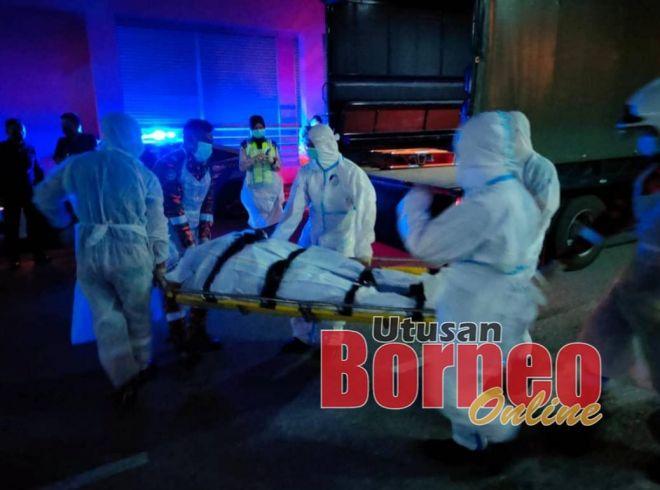 Mayat mangsa diangkat ke dalam kenderaan polis untuk dihantar ke hospital.