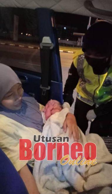 Bayi perempuan itu diserahkan kepada ibunya.