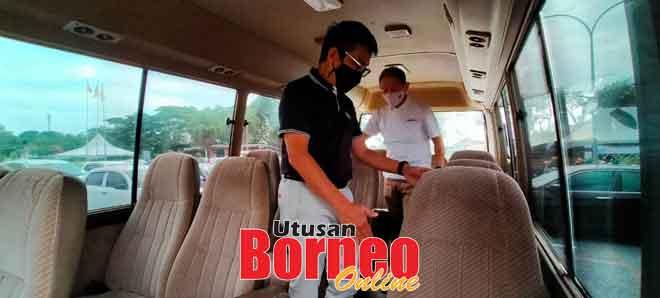 Dr Annuar enggau Jason meresa gaya ba dalam bas mini ti deka nyadi unit PPV Mobile di kandang menua Sibu.