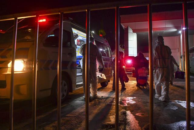 Petugas barisan hadapan ambulans menghantar pesakit COVID-19 ke PKRC MAEPS. - Gambar Bernama