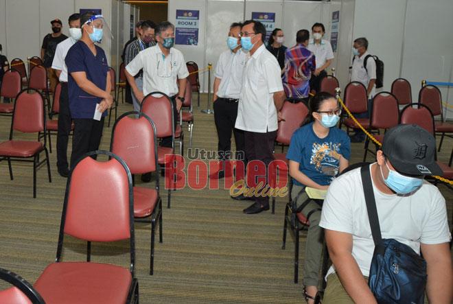 Dr Rundi (kanan) enggau Syazwan, Peter, Dr Melvin sereta bala bukai lebuh ke ngabas proses vaksinasyen di PPV Industri di Kelab Kidurong Bintulu.