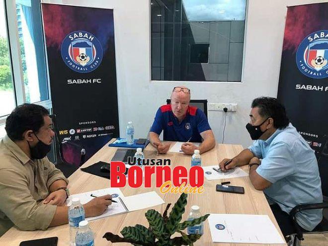 Sulaiman (kiri) bersama Lokman (kanan) memuktamadkan perbincangan dengan Scott (tengah) berhubung kerjasama TABS dan Sabah FC.