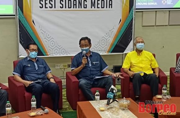 Abdul Karim bercakap kepada pemberita pada sidang media, hari ini. Turut kelihatan, Lee (kiri) dan Ting (kanan).