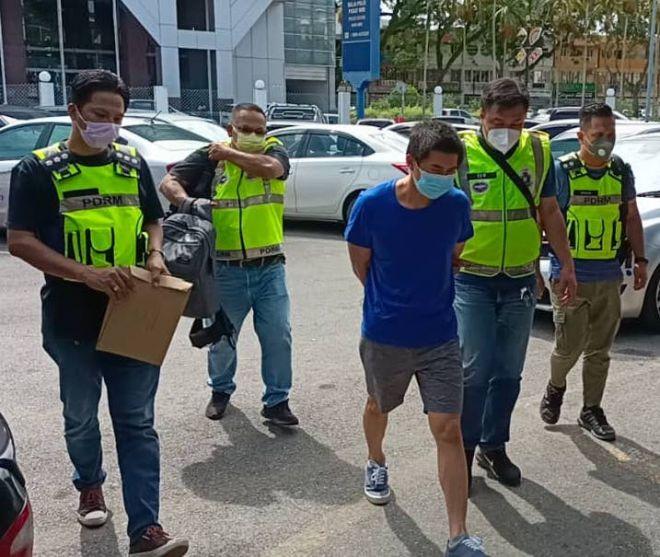 Koong dibawa ke Balai Polis Pusat Miri untuk siasatan lanjut.
