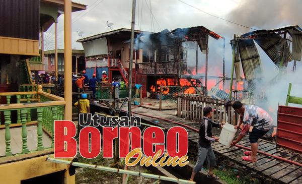 Beberapa buah rumah  musnah dalam kebakaran tersebut.