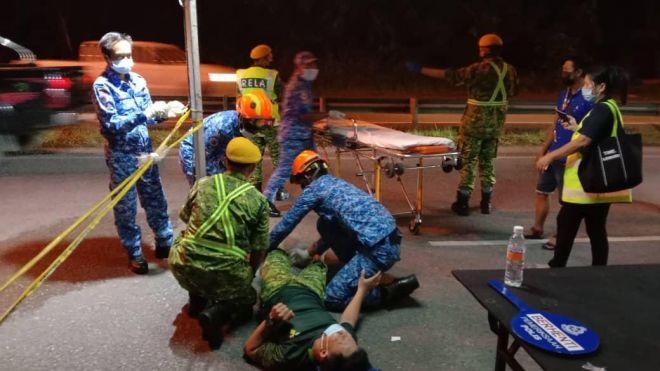 Mangsa diberikan rawatan oleh anggota paramedik di lokasi kejadian sebelum dikejarkan ke HUS.