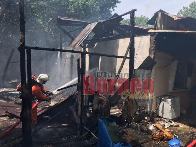 Pasukan bomba menjalankan operasi pemadaman di lokasi kejadian.