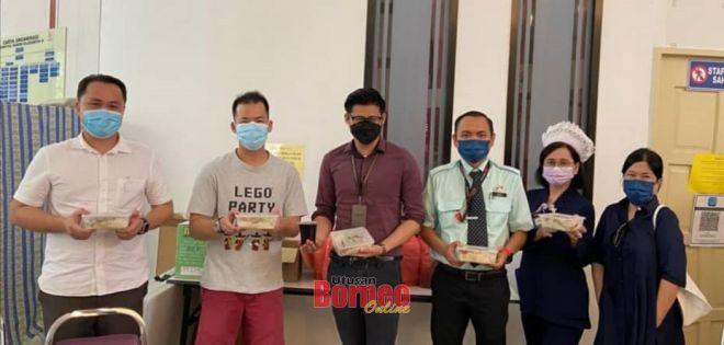 Ketua Pergerakan Wanita Pusat LDP Glenna Wong (kanan), Ketua Pergerakan Pemuda Pusat Sim Fui (kiri) dan Ketua Pergerakan Generasi Baru Eric Lau (dua kiri) merakamkan gambar kenangan