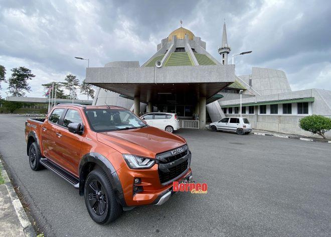 Isuzu D-Max X-Terrain parkir di hadapan Masjid Al-Taqwa Keningau, untuk satu tugasan di pedalaman Sabah.