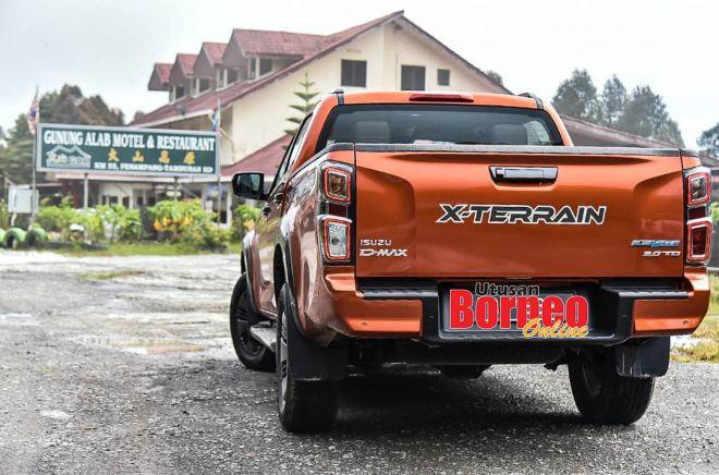 Model terbaharu Isuzu D-Max X-Terrain singgah di sebuah restoran di Gunung Alab, di puncak Banjaran Crocker, ketika dalam perjalanan merentas empat daerah.