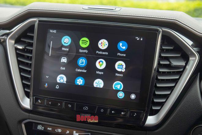Sistem infotainment skrin sentuh Isuzu D-Max X-Terrain berukuran sembilan inci sungguh mengasyikkan apabila kita mendengar muzik.