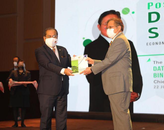 Abang Johari menerima buku Strategi Pembangunan 2030 Pasca COVID-19 daripada Setiausaha Kerajaan Negeri, Datuk Amar Jaul Samion (kiri) selepas majlis pelancaran di sini.- Gambar UKAS.