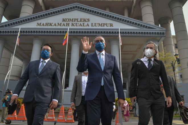 Mohd Hafarizam Harun (tengah) hari ini dilepas dan dibebaskan oleh Mahkamah Sesyen daripada tiga pertuduhan pengubahan wang haram. - Gambar BERNAMA