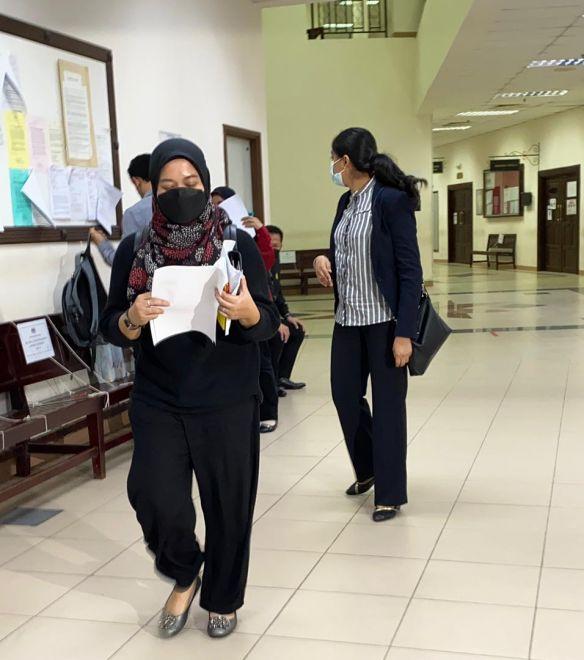 Tertuduh selesai membayar denda di Mahkamah Kuching, hari ini.