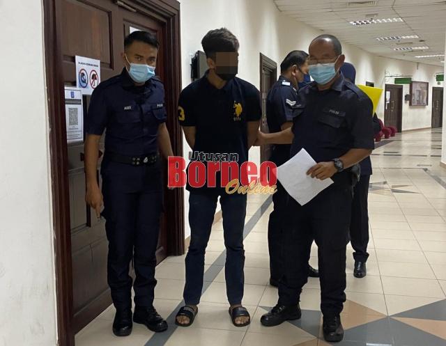 Tertuduh (tengah) diarahkan hadir semula ke mahkamah pada hujung bulan ini untuk laporan sosial.
