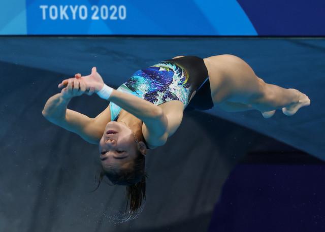 Aksi NurDhabitah ketika membuat terjunan yang sempurna dalam acara 3m papan anjal wanita individu peringkat akhir pada temasya Olimpik Tokyo 2020 di Pusat Akuatik Tokyo semalam. - Gambar Bernama