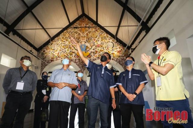 Abdul Karim (tiga kanan) melihat senibina dan pameran sementara di Bangunan Lama Muzium Sarawak sempena sambutan ulang tahun ke-130 Muzium Sarawak hari ini. - Gambar oleh Chimon Upon