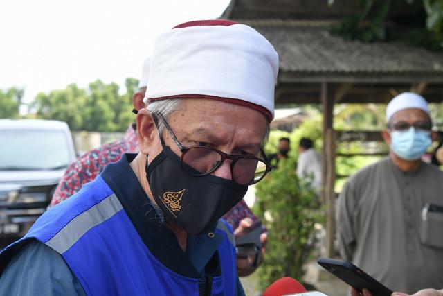 Zulkifli ketika ditemui pemberita selepas melawat Maahad Darul Quran di Rusila hari ini. - Gambar Bernama