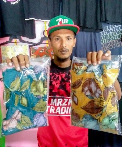 Sharifudin menunjukkan sebahagian tudung yang dijual untuk mencari pendapatan selepas kesukaran mendapatkan pekerjaan sebagai buruh binaan ketika Perintah Kawalan Pergerakan (PKP) ketika ditemui di kediamannya di Kampung Tengah, Bukit Panau, baru-baru ini. -Gambar Bernama