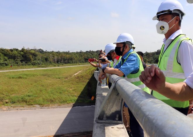 Fadillah bersama rombongan memantau kerja-kerja dan pembinaan di tapak jejambat Bintangor.