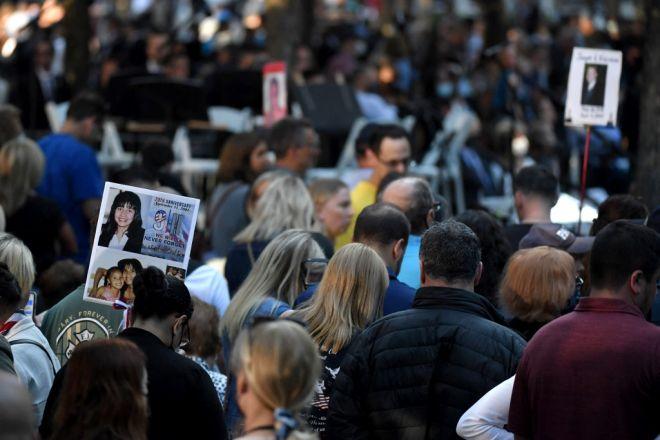 Ahli keluarga dan rakan membawa gambar mangsa korban peristiwa 9/11 ketika hadir upacara memperingati tragedi itu di World Trade Center, New York. - Gambar AFP