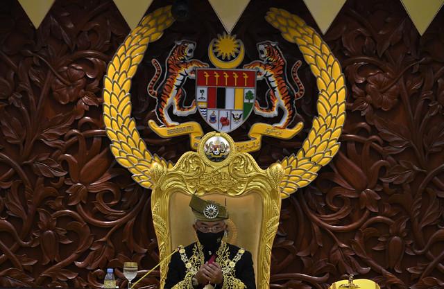 Al-Sultan Abdullah berkenan mencemar duli bagi menyempurnakan Istiadat Pembukaan Mesyuarat Penggal Keempat, Parlimen ke-14 di Bangunan Parlimen hari ini. - Gambar Bernama