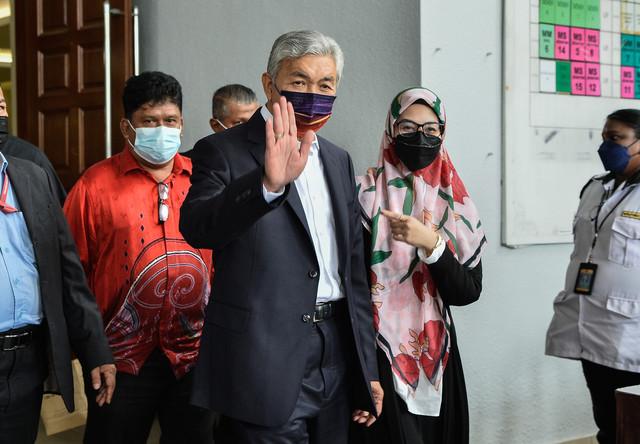 Ahmad Zahid bersama anaknya Datuk Nurulhidayah (kanan) hadir di KompleksMahkamahKuala Lumpur hari ini. - Gambar Bernama