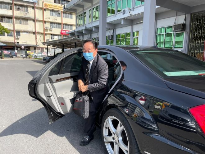 Wong tiba di Mahkamah Sibu untuk memberi keterangan.