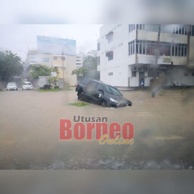 Keadaan kenderaan yang terjejas banjir kilat di salah sebuah kawasan di sini.