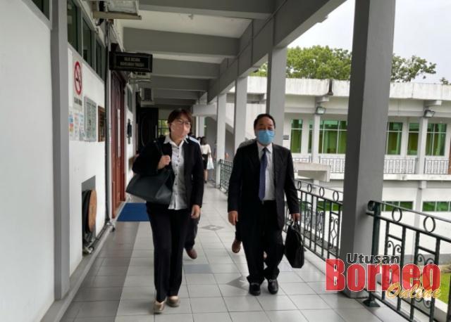 Wong (kanan) keluar dari Mahkamah Tinggi selepas memberi keterangan pada hari kedua, semalam.