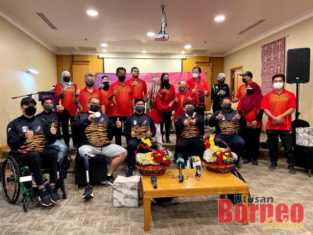 Abdul Karim dan Fatimah ditemani tetamu kehormat lain merakam kenangan bersama Bonnie dan Yee Khie serta tiga atlet Paralimpik Tokyo 2020 lain.