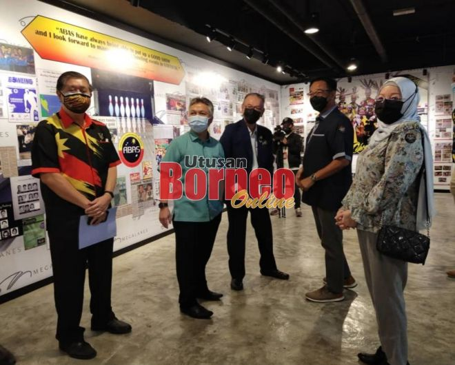 Abdul Karim (dua kanan) melawat Hub Sukan Tenpin Bowling ABAS/SSC di Megalanas Sarawak, Batu Kawa di Kuching hari ini. Turut kelihatan Dr Ong (kiri), Snowdan, Sunny dan Nancy (kanan).