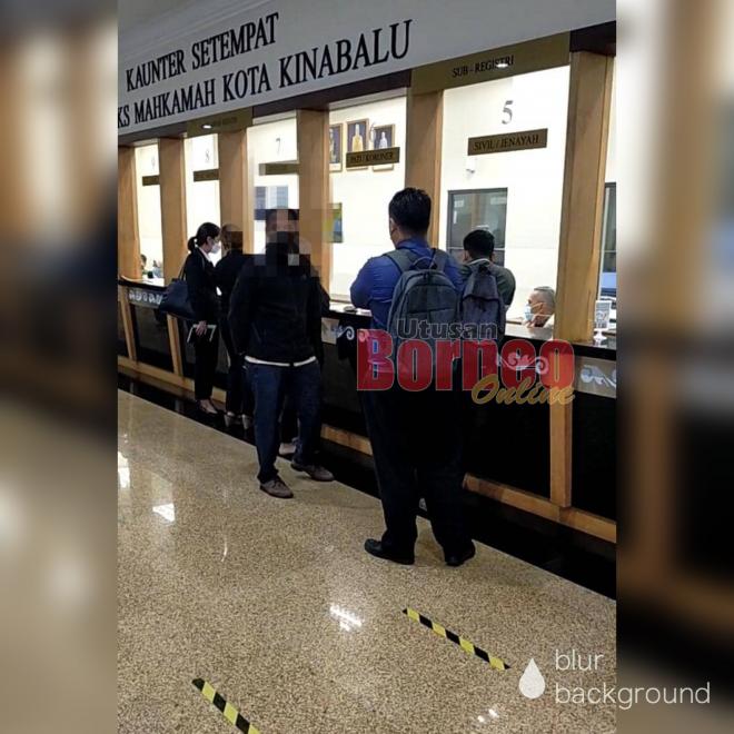 Mohd Daffy semasa melakukan pembayaran jaminan di Mahkamah Kota Kinabalu di sini semalam.