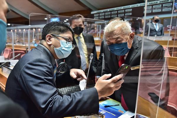 Bung (kanan) sempat meneliti isu yang dibincangkan bersama ADUN Kadamaian Datuk Ewon Benedick (kiri).